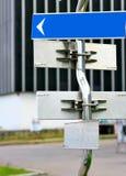 Poteau indicateur avec des flèches de sens Photographie stock