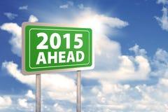 Poteau indicateur avec le texte 2015 en avant Photo stock