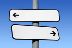 Poteau indicateur blanc bi-directionnel. Images libres de droits