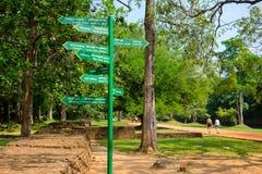 Poteau indicateur chez Sigiriya L'affleurement rocheux iconique de Sigiriya est peut-être Sri Lanka Photos libres de droits