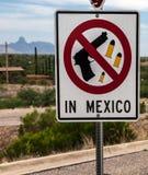 Poteau indicateur d'arme à la frontière Nous-mexicaine image libre de droits