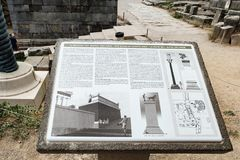 Poteau indicateur d'autel de région de Chiots, Delphes, Grèce photographie stock libre de droits