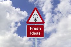 Poteau indicateur d'idées originales dans le ciel Photos libres de droits