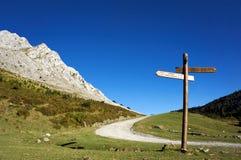 Poteau indicateur dans la montagne image stock