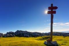 Poteau indicateur dans la montagne image libre de droits