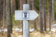 Poteau indicateur de carte de travail dans la forêt photos stock