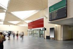 Poteau indicateur de départs à la gare. Photo libre de droits