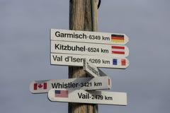 Poteau indicateur de direction aux secteurs bien connus de ski photos libres de droits