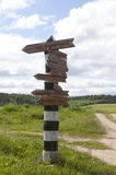 Poteau indicateur de kilomètre avec des directions et des distances aux villes Photo libre de droits