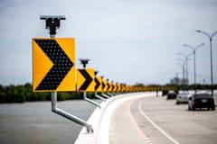 Poteau indicateur de route de courbe photographie stock libre de droits