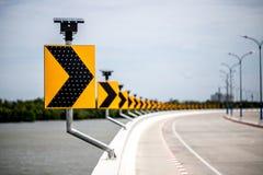 Poteau indicateur de route de courbe photos stock