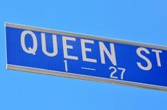 Poteau indicateur de rue de la Reine Images stock