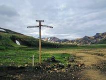 Poteau indicateur de sentier de randonnée de Laugavegur dans Landmannalaugar à côté de gisement de lave de Laugahraun, Islande photos stock