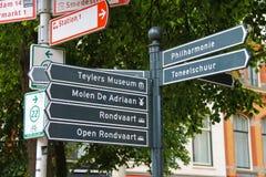 Poteau indicateur de touristes aux carrefours au centre de Haarlem Image libre de droits