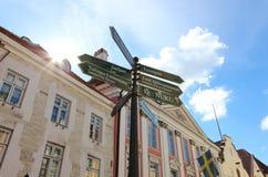 Poteau indicateur de touristes de rue dans la vieille ville, Tallinn, Estonie photographie stock libre de droits
