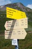 Poteau indicateur des sentiers de randonnée dans les Alpes Photo libre de droits