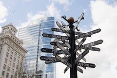 Poteau indicateur directionnel aux bornes limites du monde Photos libres de droits