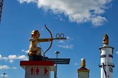 Poteau indicateur drôle à la Bavière d'Oktoberfest Munich photos stock