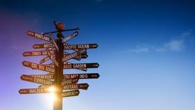 Poteau indicateur du trafic du monde avec des signes indiquant les endroits célèbres du monde Photos libres de droits