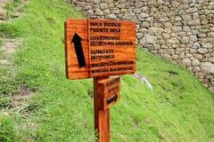 Poteau indicateur en bois au PONT d'INKA, au CORPS DE GARDE, à la PORTE du SOLEIL et à la MONTAGNE de WAYNAPICCHU dans le site ar photos libres de droits