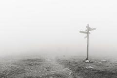 Poteau indicateur en bois dans le brouillard photographie stock