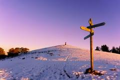 Poteau indicateur en bois dans Saibi à l'hiver image libre de droits