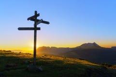 Poteau indicateur en bois dans Saibi avec la vue de la montagne d'Anboto image stock