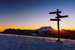 Poteau indicateur en bois dans Saibi avec la vue de la montagne d'Anboto photo libre de droits