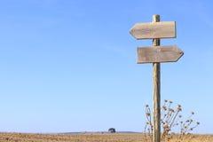 Poteau indicateur en bois indiquant des directions Photo libre de droits