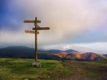 Poteau indicateur en bois sur la montagne photographie stock libre de droits