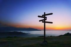Poteau indicateur en bois sur la montagne photos libres de droits