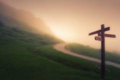 Poteau indicateur en bois sur la montagne brumeuse image libre de droits