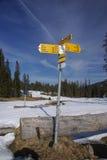 Poteau indicateur en montagnes d'Alpes Image libre de droits