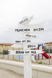 Poteau indicateur européen de kilomètres de villes image libre de droits