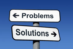 Poteau indicateur indiquant des problèmes et des solutions. Photo stock