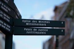 Poteau indicateur piétonnier bilingue à Bruxelles, Belgique images stock