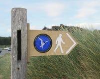 Poteau indicateur pour le chemin côtier d'Anglesey photographie stock libre de droits