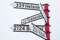 Poteau indicateur rouge avec les signes directionnels Photographie stock