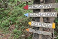Poteau indicateur sur l'itinéraire aménagé pour amateurs de la nature en Norvège photo libre de droits