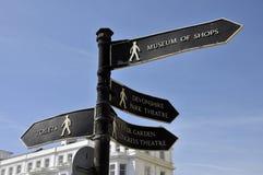Poteau indicateur sur la promenade d'Eastbourne images stock