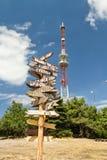 Poteau indicateur sur le fond de la tour de télécommunication Images stock