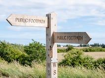 Poteau indicateur sur un sentier piéton public Photographie stock libre de droits