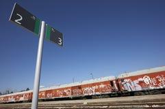 Poteau indicateur sur une gare Images libres de droits