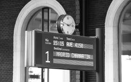Poteau indicateur sur une gare Photographie stock libre de droits