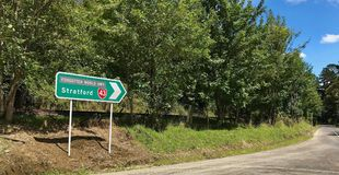 Poteau indicateur vers Stratford, Taranaki image stock