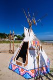 Poteau indien indigène de tepee et de totem sur la plage SK bleue Photo stock