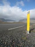 Poteau jaune sur la route Image libre de droits