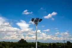 Poteau léger de tache avec le ciel bleu Image stock
