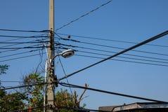 Poteau électrique avec le câble dans le côté de pays de la Thaïlande Image libre de droits