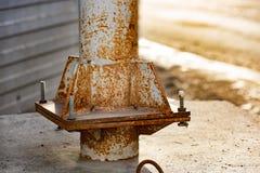 Poteau rouillé en métal avec des boulons et des écrous photographie stock libre de droits